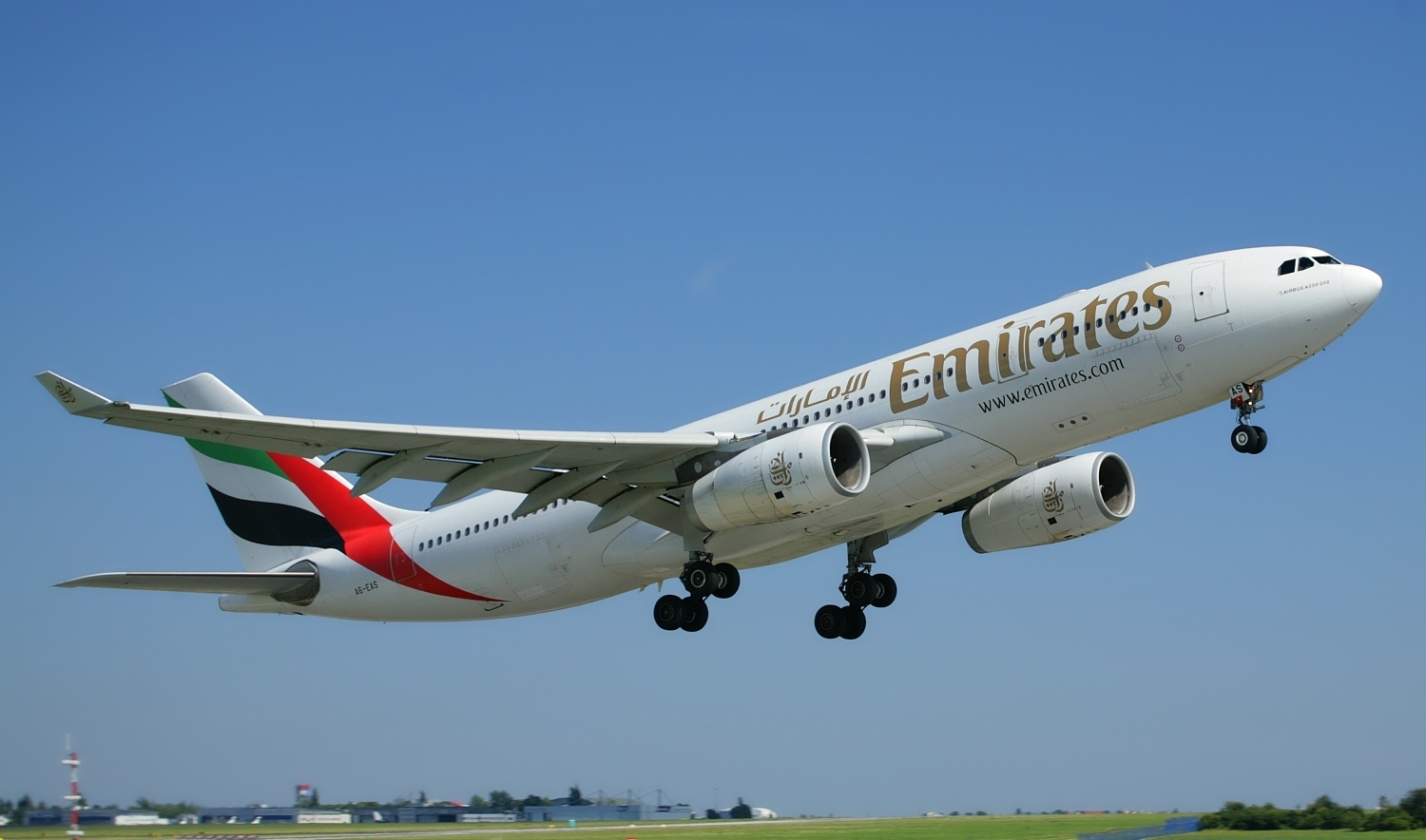 airbus_a330-200_emirates_takeoff